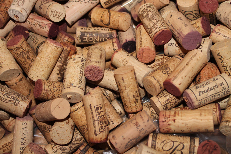 Making a wine cork garland without using a drill - What to make with wine corks ...